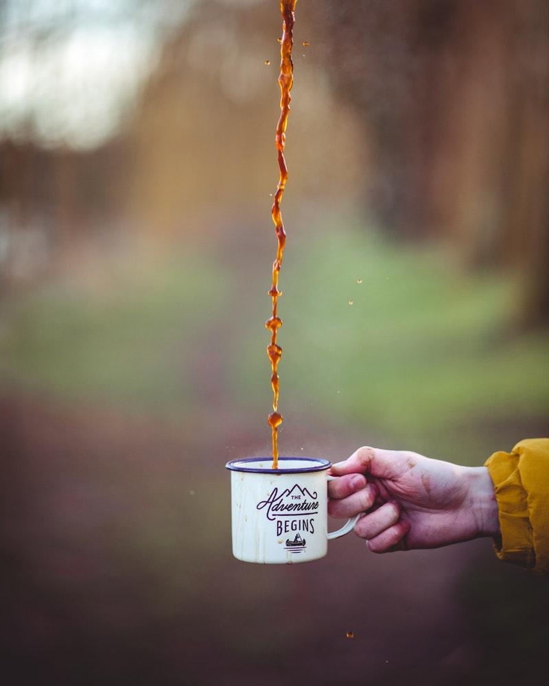Wallpaper telefoon: ieder avontuur begint met koffie